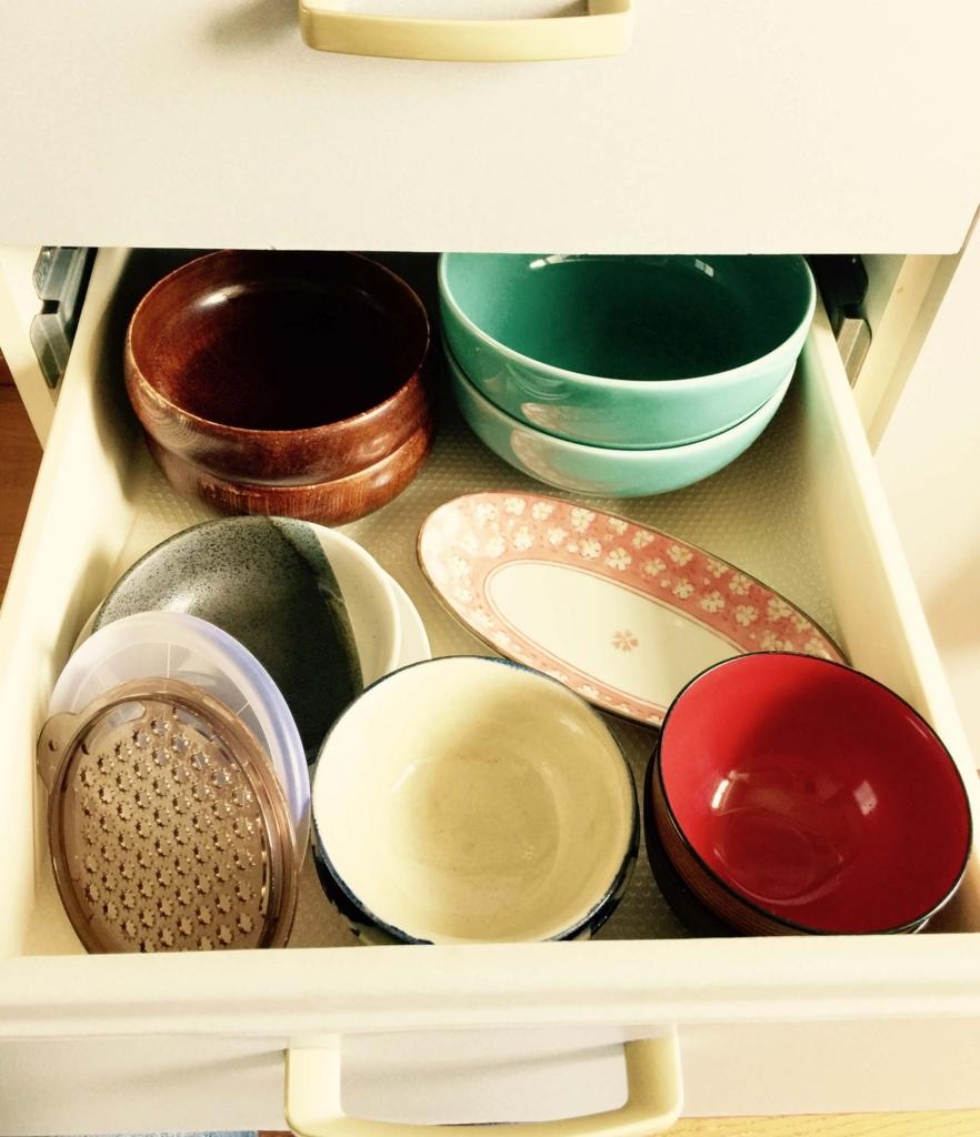 備え付けの台所は食器入れになる