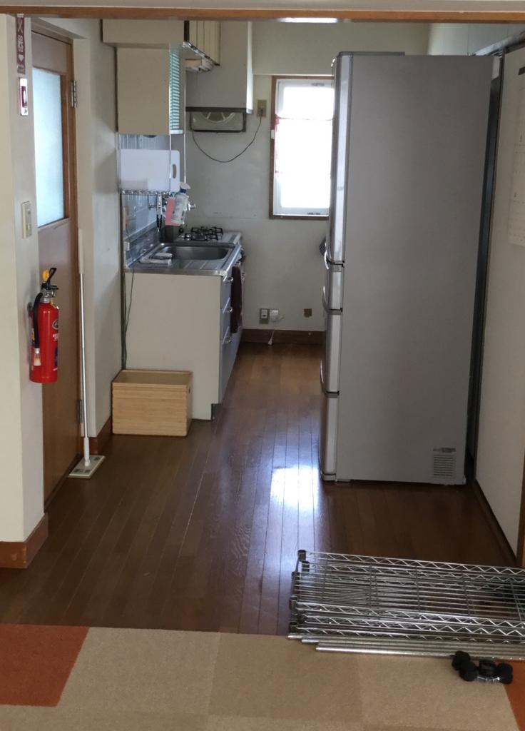 右側にある冷蔵庫で隠れてます