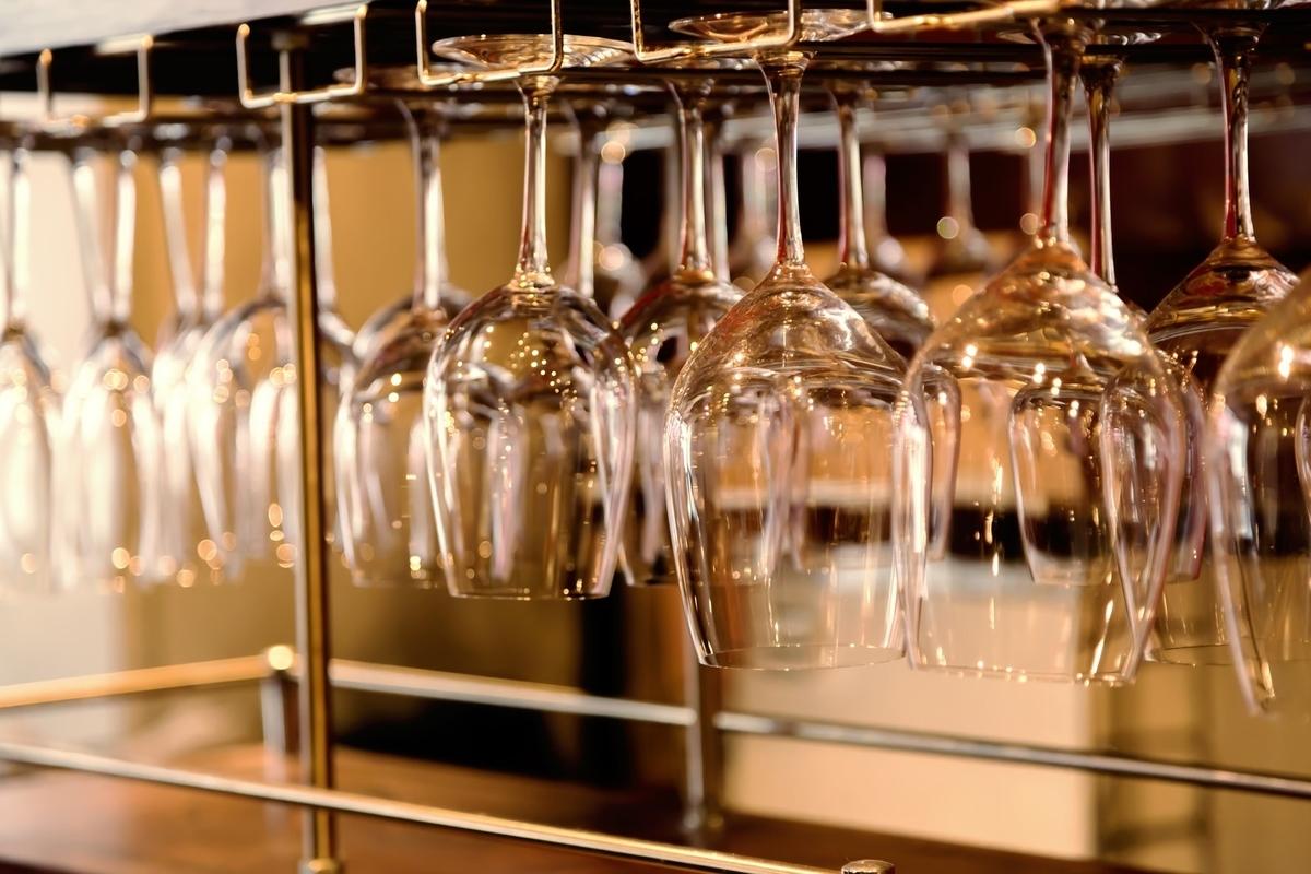 吊るされたワイングラス