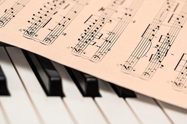 ステンドグラス 楽譜とピアノ