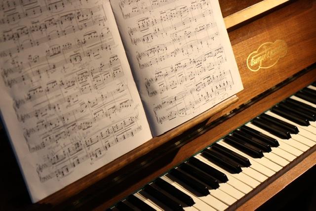 ステンドグラス ピアノと楽譜