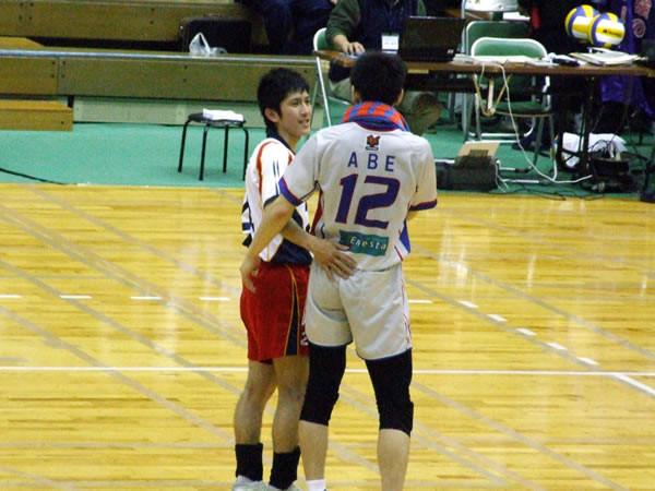 個別「[VBall]4/15入れ替え戦終了後 左:大分三好・井上裕介 右:FC ...