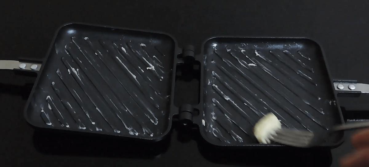ホットサンドメーカーにバターを塗る
