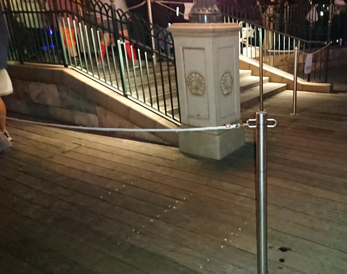 ワールドオブカラー ダイニングパッケージの待機のロープ