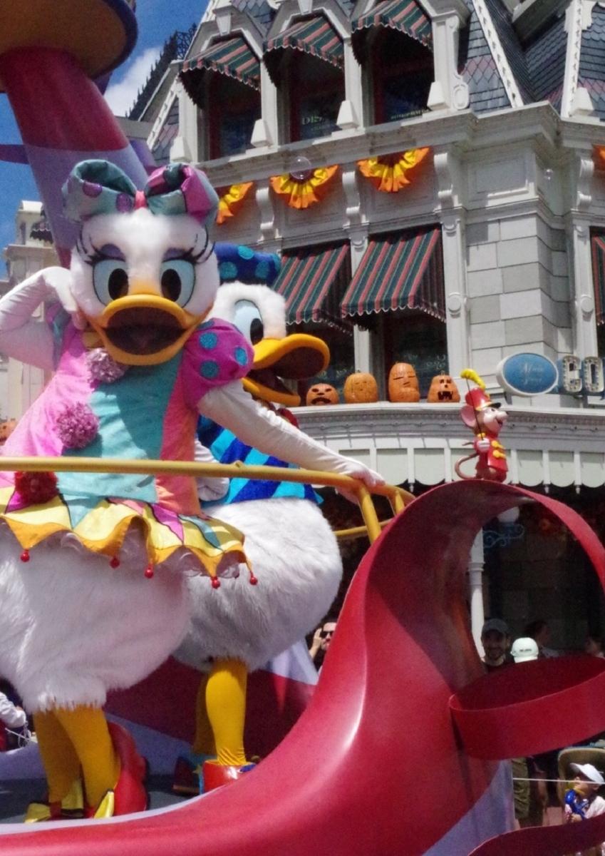 ディズニーフェスティバルオブファンタジーパレードのデイジー