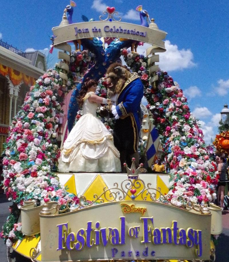 ディズニーフェスティバルオブファンタジーパレードの美女と野獣のフロート