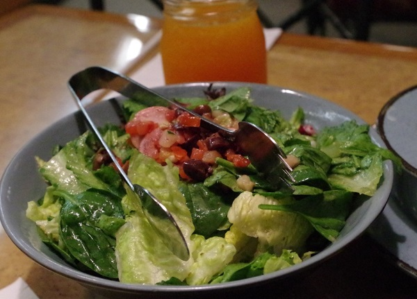 ガーデングリルレストランのサラダ