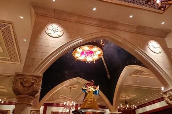 美女と野獣のレストラン Be our guest restaurantの内装