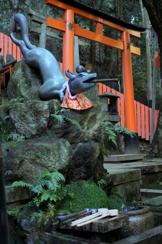 伏見稲荷大社狐の手水舎