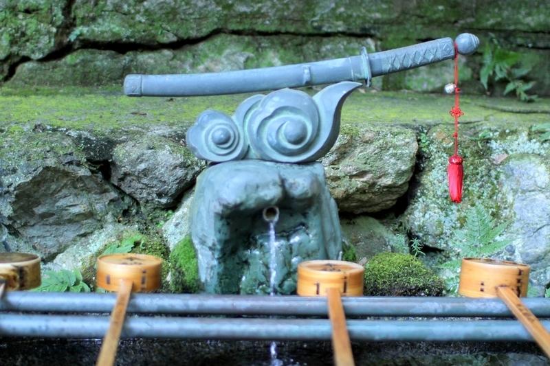 伏見稲荷大社刀の手水舎