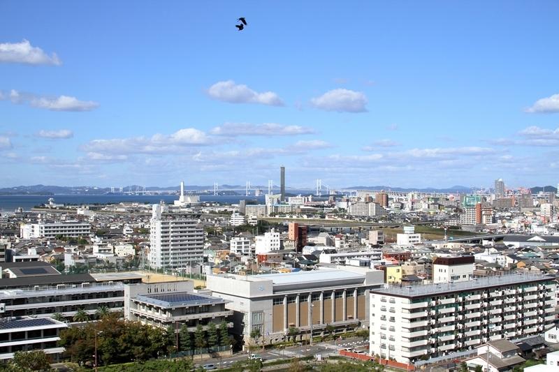丸亀城から見るゴールドタワー