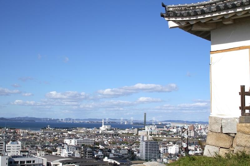 丸亀城から見る瀬戸大橋