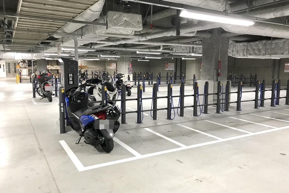 大阪駅・梅田でバイクを停めるなら阪神百貨店の地下駐輪場がオススメ