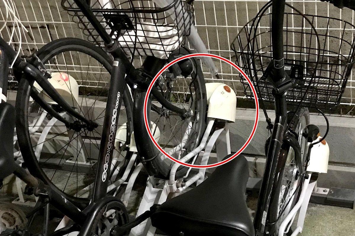 自転車駐輪場の違反駐輪についてのインタビューを受ける