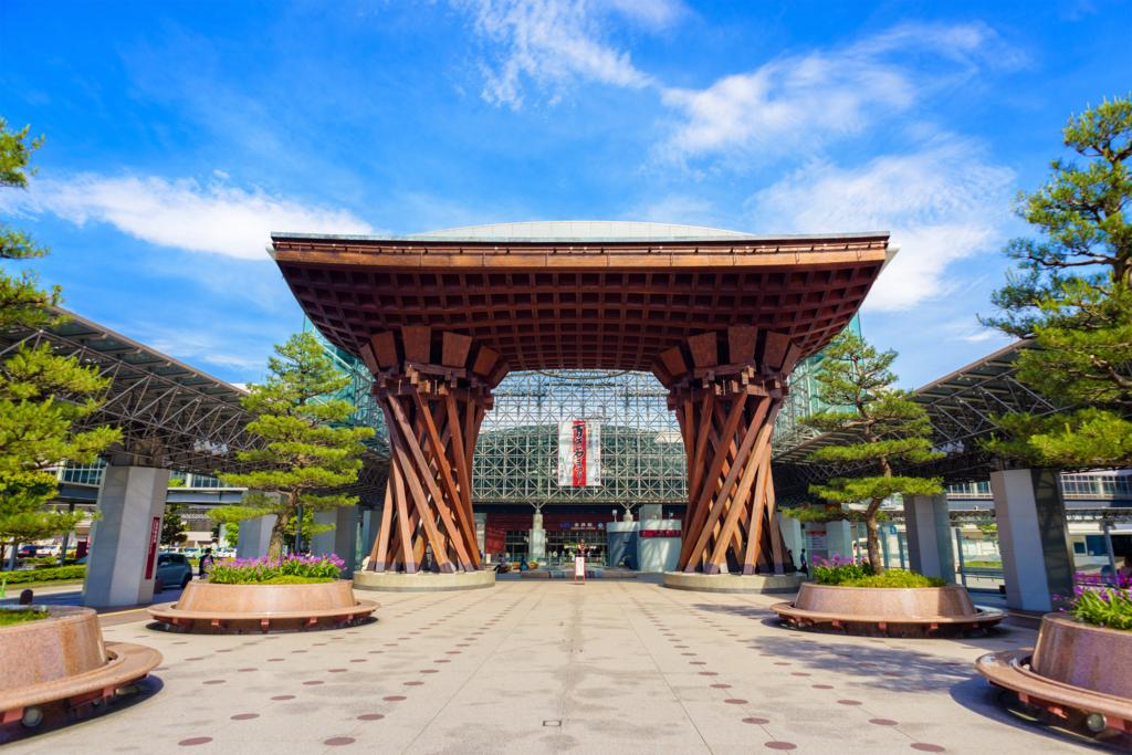 これは金沢駅前の鼓門の写真です