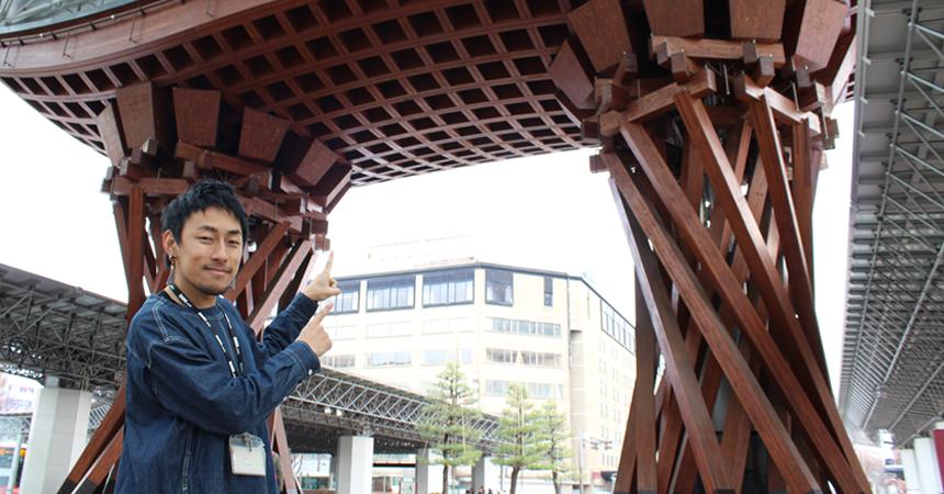 髙田さんと宮崎さんの金沢事業所入り口でのツーショット