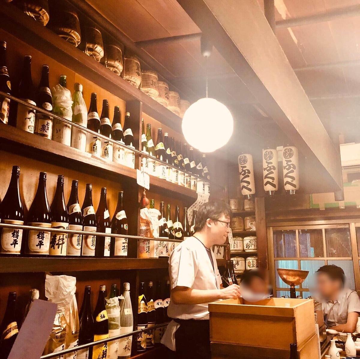 東京・八重洲にある飴色酒場「ふくべ」の店内