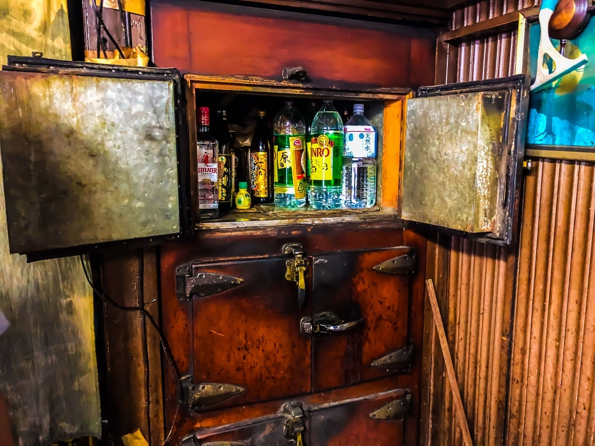 スカイツリーの麓の東向島にある激渋酒場「菊屋」の氷冷冷蔵庫の内部