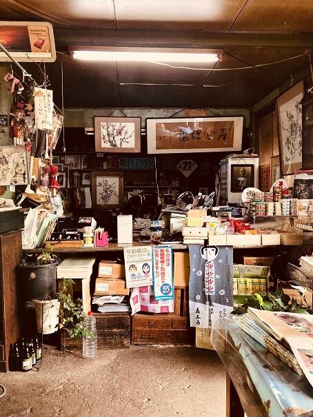盛岡の激渋角打ち「平興商店」の店内入って右手のカウンター