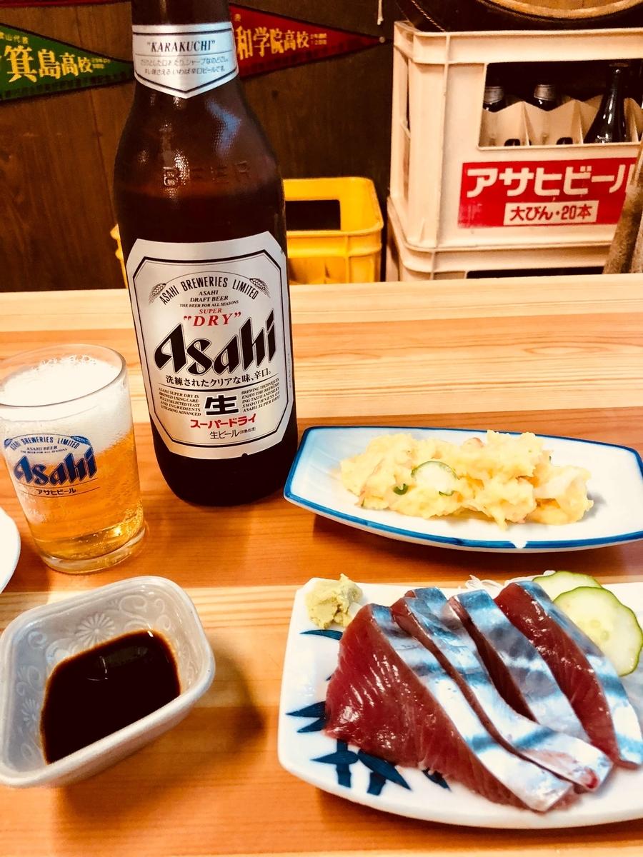 高知市「〇吉食堂」でビール、かつお刺身、ポテサラ。