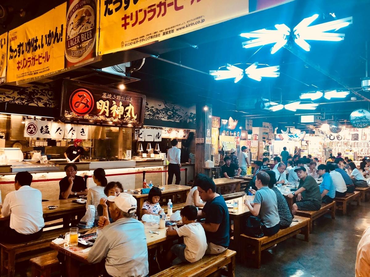 高知市「ひろめ市場」の場内飲食スペース