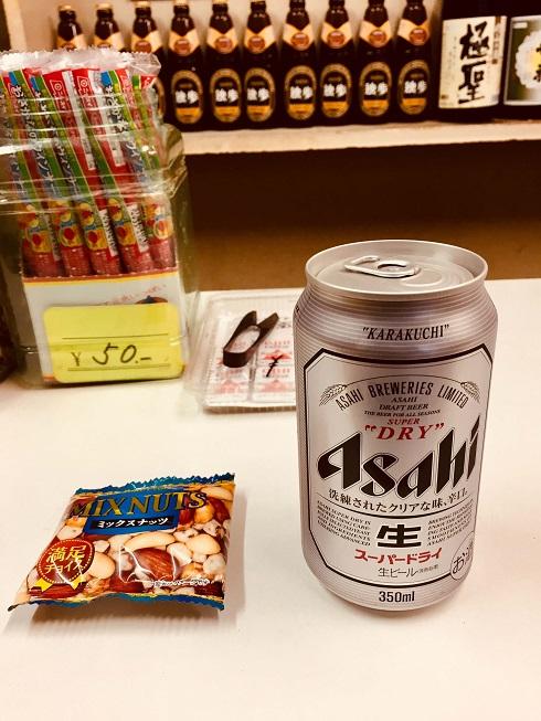 岡山駅前にある立ち飲み角打ちの激渋酒場、小野酒店で缶ビールとナッツ