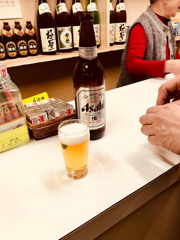岡山駅前にある立ち飲み角打ちの激渋酒場、小野酒店の店内と女将