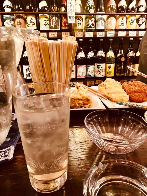長崎市賑町の角打ち「森山酒店」のカウンターでレモンサワー