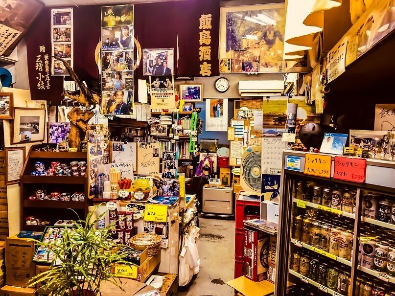 牛込神楽坂にある本格角打ち酒場「飯島酒店」の店内