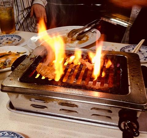 「十条苑」の火をあげる焼肉ガス台