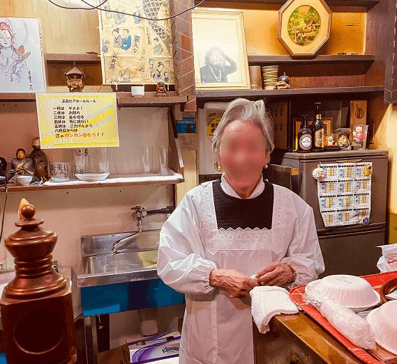浅草の老舗「正直ビヤホール」のママと店内