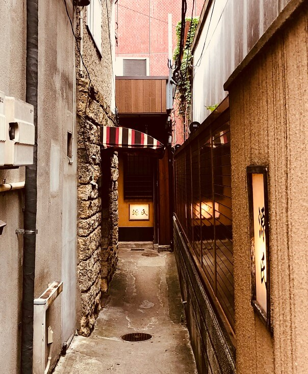 仙台の居酒屋「源氏」への狭い路地
