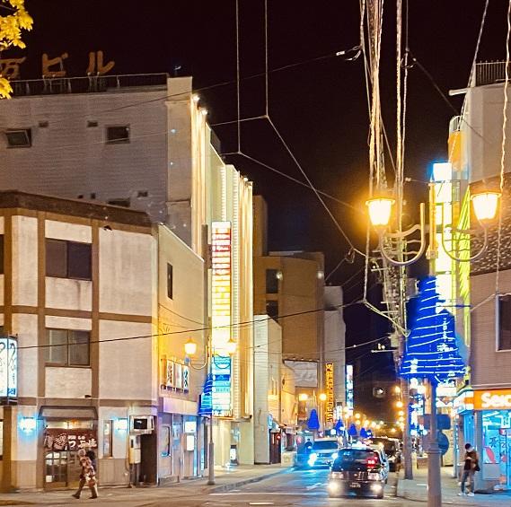 釧路の繁華街、栄町。夜のライトがまぶしい。