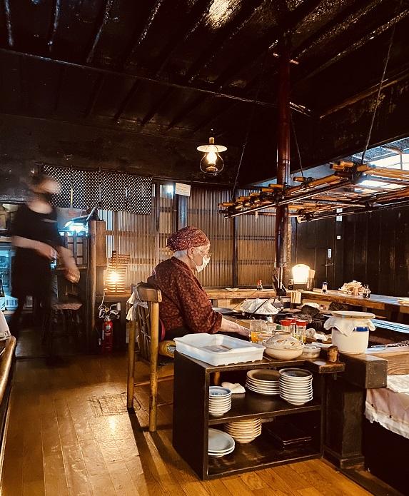 釧路の「炉ばた」の店内。大女将が焼き物を担当。