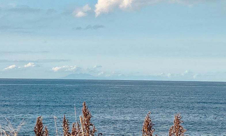 左側に国後島の山が見える。