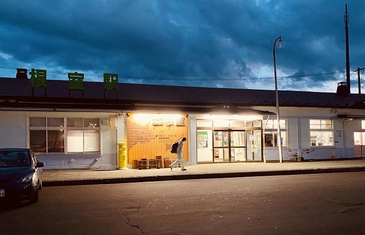 平日17時過ぎの根室駅前。寂寥感が漂う。