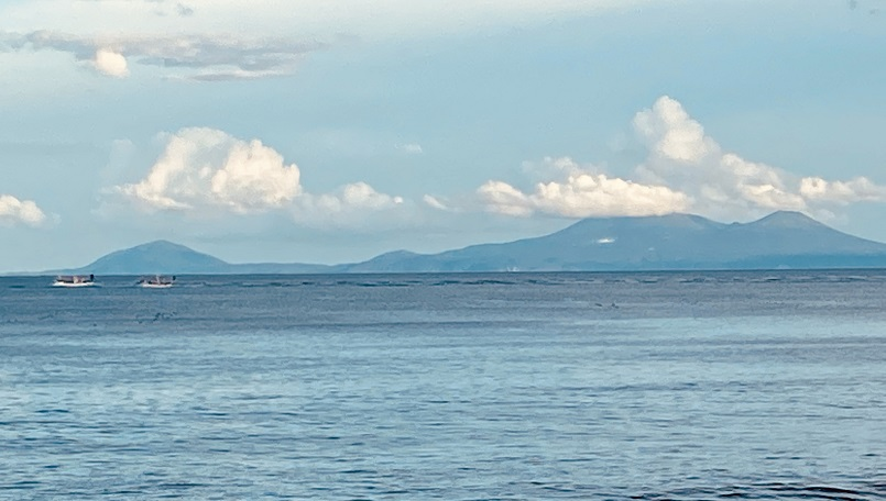 知床半島から望む国後島