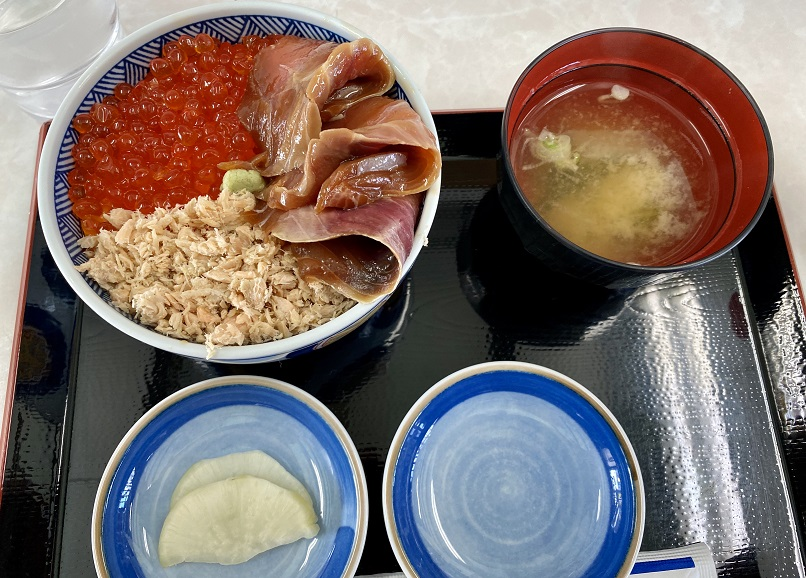 ウトロ漁協婦人部食堂の三色丼