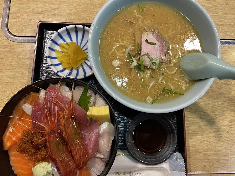 「すみれ」の「今日の海鮮丼」味噌ラーメン付き