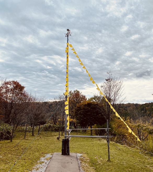 「幸福の黄色いハンカチ思い出広場」のハンカチタワー