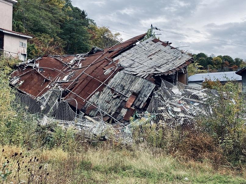 夕張の中心地の廃墟。完全に崩落。