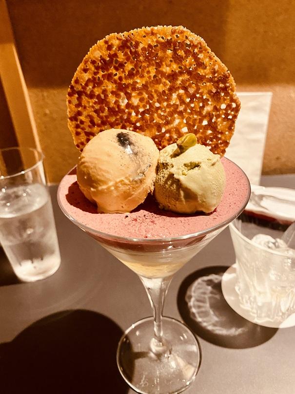 「パフェ佐藤」の「塩キャラメルとピスタチオ」のパフェ