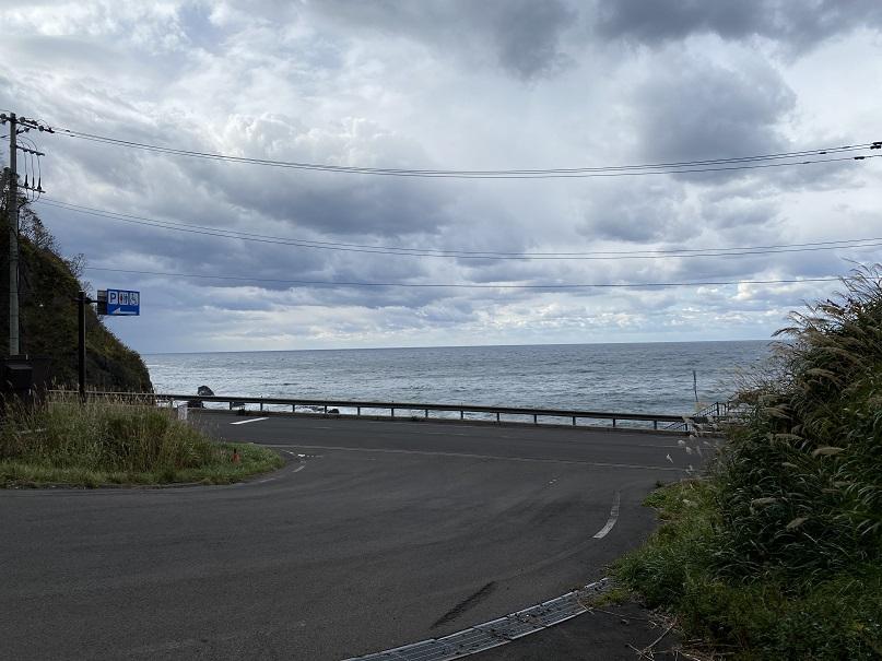 元「ホテル雷電」の目の前を走るソーランラインと日本海