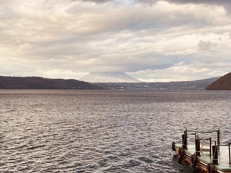 「洞爺湖万世閣レイクサイドテラス」から見る湖と羊蹄山