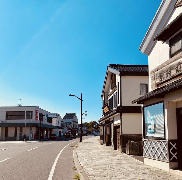 松前の商店街。統一されている。