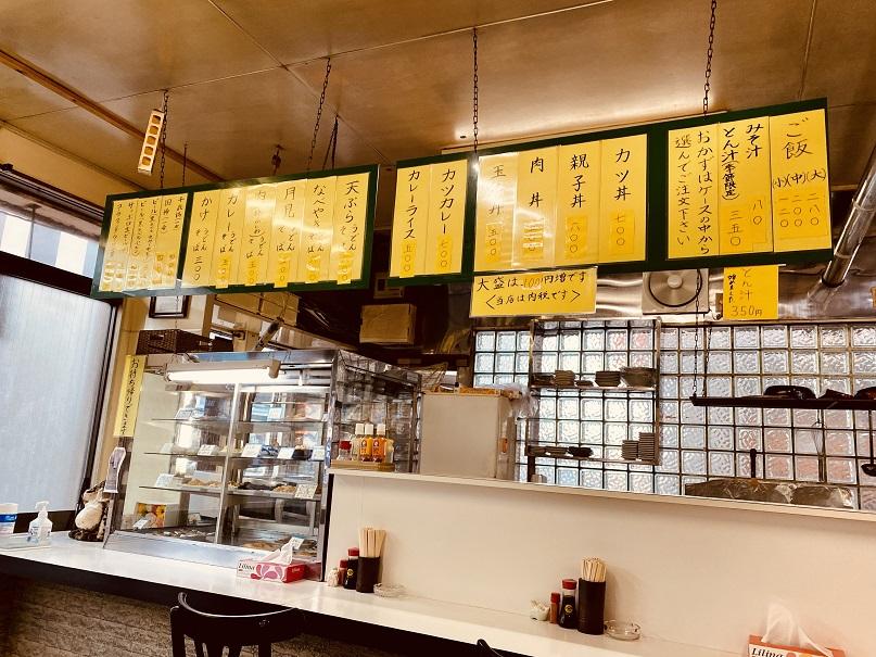 「津軽屋食堂」の店内。外観に通りのムード。安い。