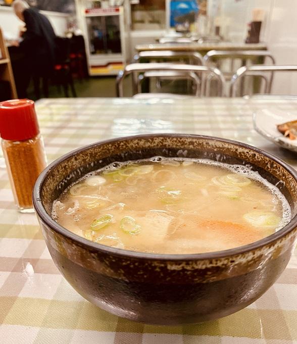 「津軽屋食堂」の「とん汁」。うまみが詰まってる。
