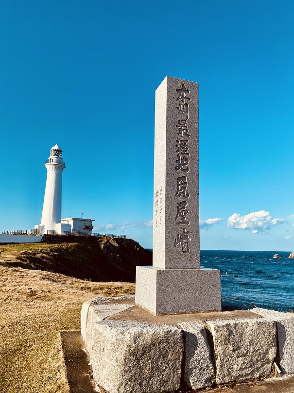 尻屋埼の石碑と灯台