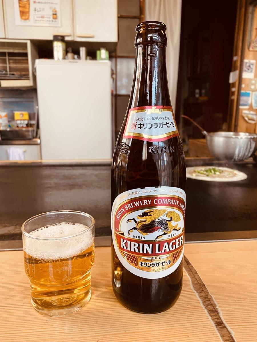 とりあえずビール。キリンラガー中瓶500円。