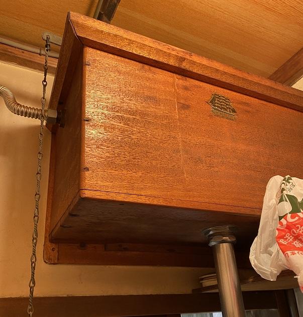 トイレの木製水槽タンクに水洗レバー